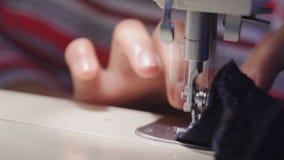 Ράφτης που κατασκευάζει το ένδυμα που χρησιμοποιεί τη ράβοντας μηχανή απόθεμα βίντεο