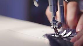 Ράφτης που κατασκευάζει το ένδυμα που χρησιμοποιεί τη ράβοντας μηχανή φιλμ μικρού μήκους