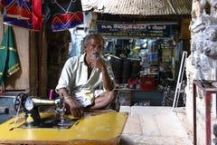 Ράφτης στην αγορά Pudhu Mandapam στο Madurai, Ινδία στοκ φωτογραφία με δικαίωμα ελεύθερης χρήσης