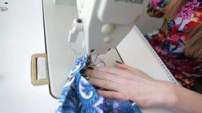 ράφτης Ύφασμα ψαλιδιού ραφτών ` s ραφτών εγκοπών χεριών Θηλυκό ράβοντας υλικό ραφτών στον εργασιακό χώρο Προετοιμασία του υφάσματ φιλμ μικρού μήκους