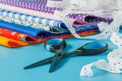 Ράψιμο και ραπτική: νήμα, βελόνες, δαντέλλα, κορδέλλα, ψαλίδι, Στοκ εικόνα με δικαίωμα ελεύθερης χρήσης