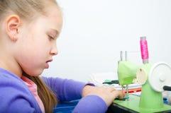 Ράψιμο κοριτσιών Στοκ φωτογραφία με δικαίωμα ελεύθερης χρήσης