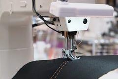 Ράψιμο μηχανών ραψίματος, αυτοματοποιημένες μηχανές κεντητικής στοκ εικόνες με δικαίωμα ελεύθερης χρήσης