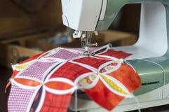 Ράψιμο σε μια ράβοντας μηχανή Στοκ Εικόνες