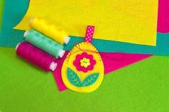 Ράψιμο των αισθητών αυγών Πάσχας με το λουλούδι χρωματισμένο καθορισμέν&omicron Ζωηρόχρωμο αισθητό φύλλα σύνολο ανασκόπησης κουμπ Στοκ Εικόνες