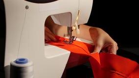 Ράψτε σε μια ράβοντας μηχανή κλείστε επάνω φιλμ μικρού μήκους