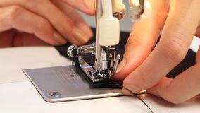 Ράψτε τη βελονιά στη ράβοντας μηχανή κλείστε επάνω απόθεμα βίντεο