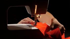 Ράψτε το κόκκινο ύφασμα κλείστε επάνω φιλμ μικρού μήκους