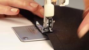Ράψτε το ύφασμα στη ράβοντας μηχανή κλείστε επάνω απόθεμα βίντεο