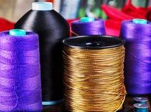 Ράψτε seamstress τις σπείρες και το μασούρι αντικειμένου ομάδας overlock στοκ φωτογραφία με δικαίωμα ελεύθερης χρήσης