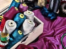 Ράψτε seamstress το ράβοντας στροφίο αντικειμένου ομάδας και την προκατειλημμένη ταινία στοκ εικόνα