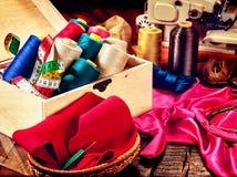 Ράψτε seamstress το ράβοντας στροφίο αντικειμένου ομάδας και την προκατειλημμένη σύνδεση στοκ εικόνα