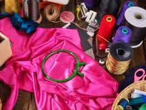 Ράψτε seamstress το ράβοντας στροφίο αντικειμένου ομάδας και τη στεφάνη κεντητικής στοκ φωτογραφίες με δικαίωμα ελεύθερης χρήσης