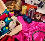 Ράψτε seamstress το ράβοντας στροφίο αντικειμένου ομάδας και τη στεφάνη κεντητικής στοκ εικόνα