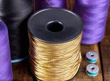 Ράψτε seamstress το ράβοντας στροφίο και το μασούρι αντικειμένου ομάδας στοκ φωτογραφία