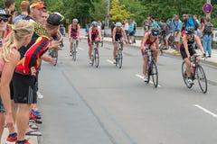 Ρέγκενσμπουργκ, Βαυαρία, Γερμανία, στις 6 Αυγούστου 2017, 28ο Ρέγκενσμπουργκ Triathlon 2017, δρομέας ποδηλάτων στη διαδρομή φυλών Στοκ φωτογραφίες με δικαίωμα ελεύθερης χρήσης