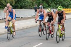Ρέγκενσμπουργκ, Βαυαρία, Γερμανία, στις 6 Αυγούστου 2017, 28ο Ρέγκενσμπουργκ Triathlon 2017, δρομέας ποδηλάτων στη διαδρομή φυλών Στοκ φωτογραφία με δικαίωμα ελεύθερης χρήσης