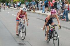 Ρέγκενσμπουργκ, Βαυαρία, Γερμανία, στις 6 Αυγούστου 2017, 28ο Ρέγκενσμπουργκ Triathlon 2017, δρομέας ποδηλάτων στη διαδρομή φυλών Στοκ εικόνα με δικαίωμα ελεύθερης χρήσης