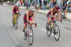 Ρέγκενσμπουργκ, Βαυαρία, Γερμανία, στις 6 Αυγούστου 2017, 28ο Ρέγκενσμπουργκ Triathlon 2017, δρομέας ποδηλάτων στη διαδρομή φυλών Στοκ Φωτογραφία