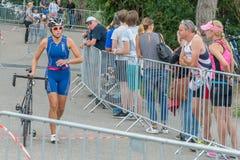 Ρέγκενσμπουργκ, Βαυαρία, Γερμανία, στις 6 Αυγούστου 2017, 28ο Ρέγκενσμπουργκ Triathlon 2017, κάμψη ενός δρομέα ποδηλάτων στην περ Στοκ Εικόνες