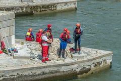 Ρέγκενσμπουργκ, Γερμανία, στις 12 Μαΐου 2018, Lifeguard κατά τη διάρκεια μιας άσκησης στην πέτρινη γέφυρα στο Ρέγκενσμπουργκ - τη Στοκ εικόνες με δικαίωμα ελεύθερης χρήσης