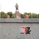 Ρέκβιεμ για τα θύματα της πτήσης MH17 Θύμα της συντριβής στο υπόβαθρο του μνημείου από σοβιετικό τον επαναστατικό Λένιν στοκ φωτογραφία με δικαίωμα ελεύθερης χρήσης