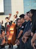 Ρέκβιεμ για τα θύματα της πτήσης MH17 Μαλαισιανοί υπάλληλοι στο υπόβαθρο φορείς contrabass Στοκ φωτογραφία με δικαίωμα ελεύθερης χρήσης