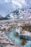 Ρέοντας βουνά παγετώνων κολπίσκου στο υπόβαθρο Στοκ Φωτογραφία