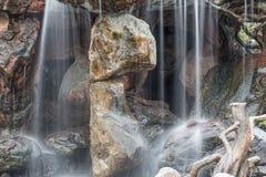 Ρέοντας κίνηση καταρρακτών στην πέτρα στον κήπο Στοκ Φωτογραφίες