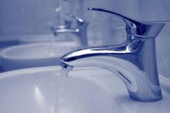 ρέοντας νερό βρύσης Στοκ Εικόνες