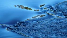 Ρέοντας νερό με την αντανάκλαση του ουρανού Στοκ Φωτογραφίες