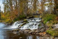 Ρέοντας ποταμός και γέφυρα Στοκ Εικόνες