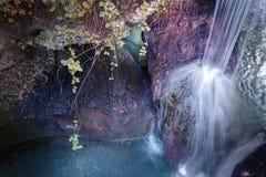 Ρέοντας ρεύμα σε έναν βράχο Στοκ φωτογραφία με δικαίωμα ελεύθερης χρήσης