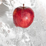 ρέοντας ύδωρ μήλων Στοκ φωτογραφία με δικαίωμα ελεύθερης χρήσης