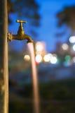 Ρέοντας ύδωρ τη νύχτα Στοκ φωτογραφία με δικαίωμα ελεύθερης χρήσης