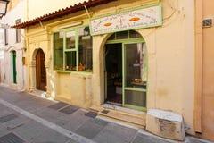 Ρέτχυμνο, νησί Κρήτη, Ελλάδα, - 23 Ιουνίου 2016: Φωτογραφία του παραδοσιακού αρτοποιείου της Ελλάδας με φρέσκα και νόστιμα muffin στοκ εικόνες