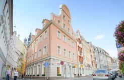 Ρήγα, Λετονία - 10 Αυγούστου 2014 - διάσημη στενή μεσαιωνική οδός οικοδόμησης αρχιτεκτονικής με τους πύργους εκκλησιών στην παλαι στοκ φωτογραφία με δικαίωμα ελεύθερης χρήσης