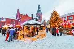 Ρήγα, Λετονία - 28 Δεκεμβρίου 2014: Η μη αναγνωρισμένη ομάδα ανθρώπων απολαμβάνει την αγορά Χριστουγέννων που κρατιέται στην αγορ στοκ εικόνες με δικαίωμα ελεύθερης χρήσης