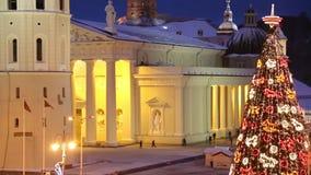 Ρήγα, Λετονία - 24 Δεκεμβρίου 2017: Οι άνθρωποι και η εορταστική αγορά Χριστουγέννων χριστουγεννιάτικων δέντρων στο θόλο τακτοποι φιλμ μικρού μήκους