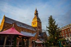 Ρήγα, Λετονία: Η μη αναγνωρισμένη ομάδα ανθρώπων απολαμβάνει την αγορά Χριστουγέννων που κρατιέται στην αγορά Χριστουγέννων το χε στοκ φωτογραφία με δικαίωμα ελεύθερης χρήσης