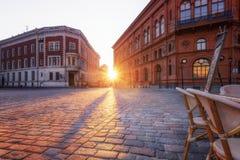 Ρήγα, Λετονία, στις 20 Απριλίου 2019 - άποψη του ηλιοβασιλέματος στο τετράγωνο στο κέντρο της παλαιάς Ρήγας στοκ εικόνα