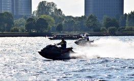 Ρήγα, Λετονία, στις 15 Ιουλίου 2015 Κατάρτιση ατόμων σε ένα μηχανικό δίκυκλο νερού Στοκ Εικόνες