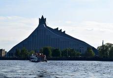 Ρήγα, Λετονία, στις 15 Ιουλίου 2015 Ο ποταμός ταξιδεύει κοντά στην εθνική βιβλιοθήκη της Λετονίας Στοκ φωτογραφία με δικαίωμα ελεύθερης χρήσης