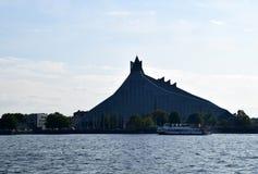 Ρήγα, Λετονία, στις 15 Ιουλίου 2015 Ο ποταμός ταξιδεύει κοντά στην εθνική βιβλιοθήκη της Λετονίας Στοκ εικόνες με δικαίωμα ελεύθερης χρήσης