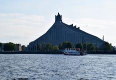 Ρήγα, Λετονία, στις 15 Ιουλίου 2015 Ο ποταμός ταξιδεύει κοντά στην εθνική βιβλιοθήκη της Λετονίας Στοκ Φωτογραφία