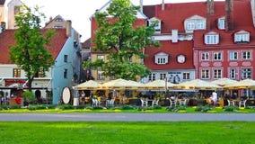 Ρήγα, Λετονία - τον Ιούνιο του 2018: Οι τουρίστες και οι ντόπιοι στηρίζονται σε έναν άνετο καφέ στο τροπικό κέντρο της Ρήγας φιλμ μικρού μήκους