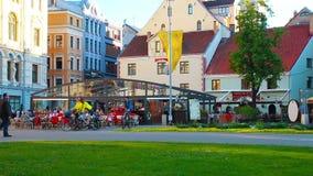 Ρήγα, Λετονία - τον Ιούνιο του 2018: Οι τουρίστες και οι ντόπιοι στηρίζονται σε έναν άνετο καφέ στο τροπικό κέντρο της Ρήγας απόθεμα βίντεο