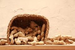Ρίζες πιπεροριζών σε ένα ψάθινο καλάθι Στοκ εικόνα με δικαίωμα ελεύθερης χρήσης