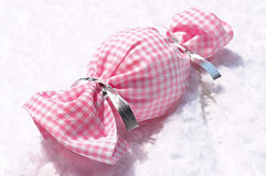 Ρίξτε ένα κομμάτι της καραμέλας ή του ροζ καρό υφασμάτων τυλίγματος - άσπρο περιτύλιγμα Στοκ Εικόνες