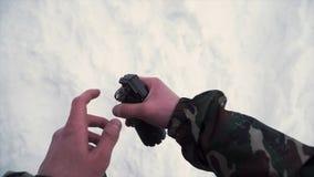 Ρίξτε μια χειροβομβίδα σε μια στρατιωτική δεξαμενή συνδετήρας Ο στρατιώτης ρίχνει μια χειροβομβίδα σε μια δεξαμενή ή ένα τεθωρακι στοκ φωτογραφία με δικαίωμα ελεύθερης χρήσης